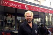 Marc Dorion, devant le P'tit Québec Café, ouvert... (PHOTO JEAN-CHRISTOPHE LAURENCE, LA PRESSE) - image 2.0