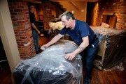 HectorElement enveloppe les meubles rembourrés d'une pellicule de... (PHOTO ALAINROBERGE, LA PRESSE) - image 2.0