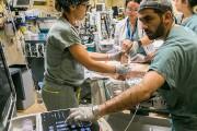 L'équipe médicale intervient pour sauver la vie du... (Photo Martin Tremblay, La Presse) - image 4.1