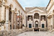 Le Péristyle, la place centrale du Palais de... - image 3.0