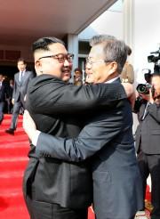 Le leader nord-coréen Kim Jong-un et le présidentsud-coréen... (PHOTO REUTERS/GOUVERNEMENT SUD-CORÉEN) - image 1.0