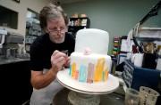 Jack Phillips travaille sur un gâteau dans sa... (REUTERS) - image 2.0