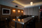Petites tables et comptoir accueillent les clients du... (Photo Olivier PontBriand, La Presse) - image 3.0