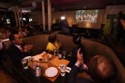 Des personnes réunies dans un restaurant du quartier... (AFP) - image 3.0