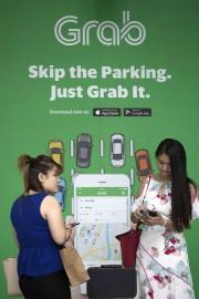 Des clients de Grab attendent une voiture à... - image 3.0