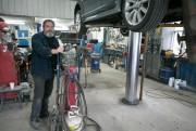 Pierre Gagnon est garagiste depuis 32ans à Saint-Pierre.... (PHOTO FRANÇOIS ROY, LA PRESSE) - image 1.0