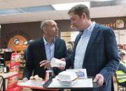 Le candidat conservateur Richard Martel casse la croûte... (PC) - image 2.0