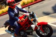 Ali Nafii se balade fièrement sur sa moto... - image 2.0