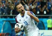 Gylfi Sigurdsson célèbre son but marqué sur penalty.... (REUTERS) - image 2.0