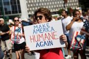 Une manifestante tient une affiche réclamant que l'Amérique... (PHOTO SHANNON STAPLETON, REUTERS) - image 1.0