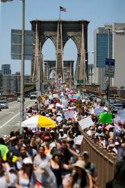 À New York, une foule monstre s'est rassemblée... (PHOTO EDUARDO MUNOZ ALVAREZ, AGENCE FRANCE-PRESSE) - image 1.1