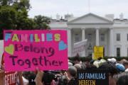 Des milliers de personnes de tous âges, dans... (Photo Alex Brandon, Associated Presse) - image 2.0