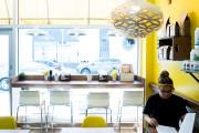 Chez Crux, on retrouve beaucoup de jaune et... (Photo Marco Campanozzi, La Presse) - image 2.0