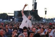 Un supporter anglais s'asperge de bière lors de... (AFP) - image 2.0