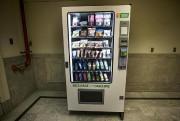 Une nouvelle machine distributrice del'entreprise NatureExpress est installée... (Photo PatrickSanfaçon, La Presse) - image 1.1