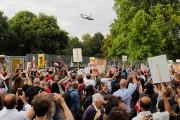 Des manifestants à Londres ont hué en voyant... (AFP) - image 2.0