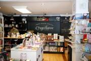 Nicolas Longtin-Martel au comptoir de la librairie L'Euguélionne... (PHOTO Martin Chamberland, LA PRESSE) - image 1.1