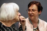 Madeleine Arbour discute avec son ancienne élève LouiseTellier... (Photo Olivier Jean, La Presse) - image 1.1