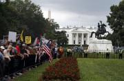 Des manifestants antiracistes étaient postés près de la... (AP) - image 2.0