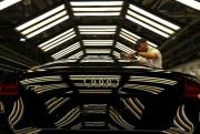 Un assembleur travaille sur une Audi TT près... - image 3.0