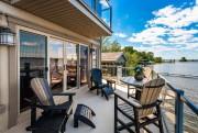 Une terrasse vitrée jouxte le salon. En haut,... (Photo fournie par Sotheby's) - image 2.0