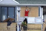 Des ouvriers placardent un restaurant à Wrightsville Beach.... (AP) - image 2.0
