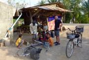 Crevaison en pleine campagne cambodgienne. La réparation n'aura... (PHOTO FOURNIE PAR ALINE CHARLES ET BENJAMIN GAUCHER) - image 5.0