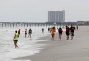Des gens attendaient Florence sur la plage deMyrtle... (REUTERS) - image 3.0