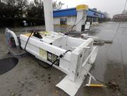 Une pompe à essence a été renversée lors... (Photo Chuck Burton, Associated Press) - image 1.0