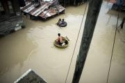 Des enfants utilisent un bassin et un pneumatique... (PHOTO NOEL CELIS, AGENCE FRANCE-PRESSE) - image 1.0