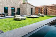 Dans la cour intérieure, coins détente et piscine... (Photo : Onefinestay) - image 8.0