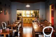Un bar jaune, beaucoup de bois, des tabourets... (Photo Bernard Brault, La Presse) - image 3.0