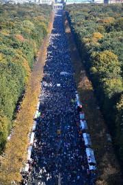 Les participants ont marché jusqu'à la célèbre Porte... (Photo John MACDOUGALL, Agence France-Presse) - image 1.0