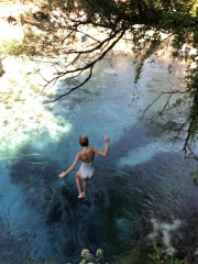 Sara saute courageusement dans les eaux claires mais... (Photo fournie par Esther van de Paal) - image 2.0