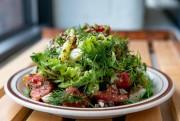 La salade McKiernan Deluxe:de la laitue, des tomates,... (Photo David Boily, La Presse) - image 2.0
