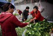 Une cliente achète des bok choys dans un... (photoNicolas ASFOURI, Agence France-Presse) - image 2.0