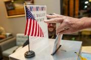 Un électeur dépose son bulletin de vote à... (PHOTO ANNA STONEHOUSE, ASSOCIATED PRESS) - image 1.1