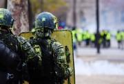 Des policiers antiémeute ont été couverts de peinture... (Photo ALAIN JOCARD, AFP) - image 1.0