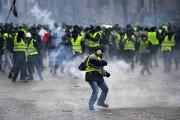 Un manifestant lance une cartouche de gaz lacrymogène... (Photo ÉRIC FEFERBERG, Agence France-Presse) - image 1.0