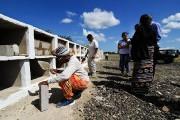 Sonia Bermudez se prépare pour la cérémonie d'inhumation.... (Photo Oliver Schmieg, collaboration spéciale) - image 2.0