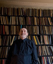 Claude Gingras, dans sa résidence montréalaise, devant sa... (Photo Ivanoh Demers) - image 3.0