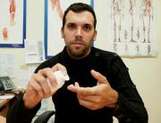 Le physiatre Xavier Rodrigue montre une préparation magistrale... (Photo Denis Méthot, collaboration spéciale) - image 1.0