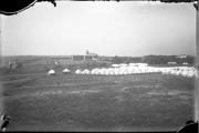 Un village de tentes a dû être aménagé... (Photo fournie par BAnQ, P546,D3,P56/Fonds Fred C. Würtele/Quartier Montcalm-Plaines d'Abraham-Tricentenaire/Fred C. Würtele/1908) - image 6.0
