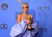 Lady Gaga pose avec son Golden Globe.... (AFP) - image 2.0