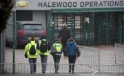 Des travailleurs arrivent à l'usine Jaguar-Land Rover de... - image 2.0