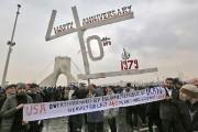 Une bannière évoquant un effondrement prochain des États-Unis... (Photo ATTA KENARE, Agence France-Presse) - image 3.0