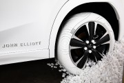 Un des pneus du Lexus Sole of the... - image 2.0