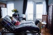 Marie-Ève, allongée dans un lit d'hôpital prêté par... (Photo MARTIN TREMBLAY, La Presse) - image 2.0