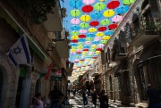 Des parapluies colorés recouvrent une rue piétonne de... (photoMENAHEM KAHANA, archives agence france-presse) - image 3.0