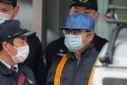 Carlos Ghosn et deux avocats chargés de l'accueillir... (PHOTO JIJI PRESS, AFP) - image 2.0